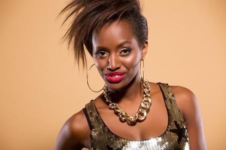mannequin africain: Portrait sinc�re d'un mod�le attractif en studio Banque d'images