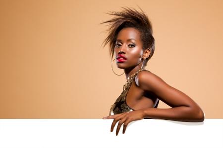 mannequin africain: Attrayant femme mod�le noir debout derri�re la banni�re blanche de grandes