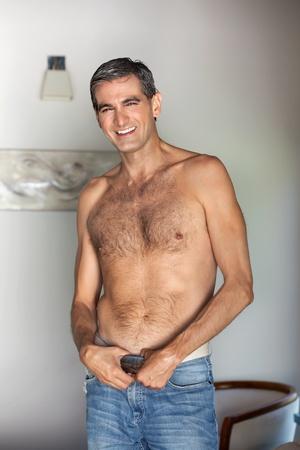 hombre sin camisa: Retrato de guapo sin camisa, hombre de mediana edad sonriendo Foto de archivo