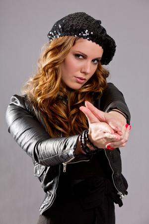 bureta: Atractiva mujer morena con la mano en forma de un arma de fuego