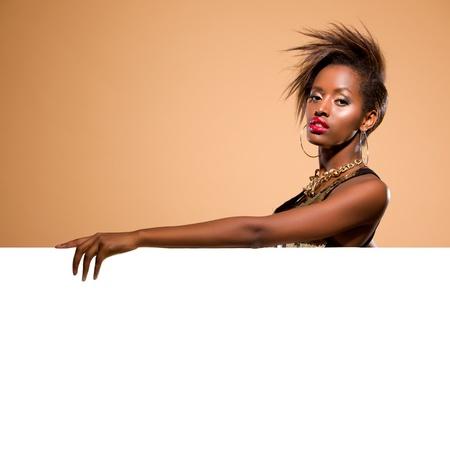 mannequin africain: Attractive debout noir mod�le femme derri�re la banni�re blanche grande