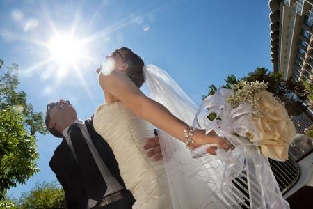 to wed: Felice coppia di sposi in posa in occhiali da sole