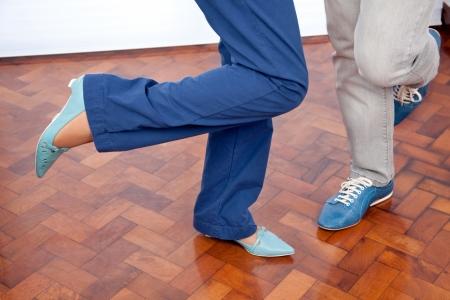 pied fille: Section basse de la danse couple de personnes �g�es