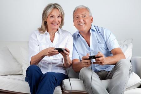 Pareja Jugando Juegos De Computadora Mujer Senalando Fotos