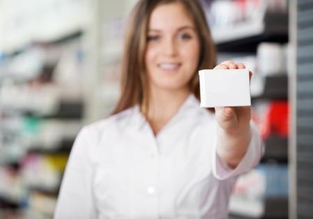 farmacia: Farmac�utico Mujer asesorar a preferir medicamentos recetados Foto de archivo