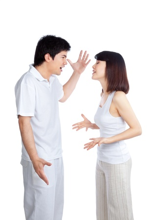 pareja discutiendo: Angry pareja discutiendo sobre fondo blanco Foto de archivo