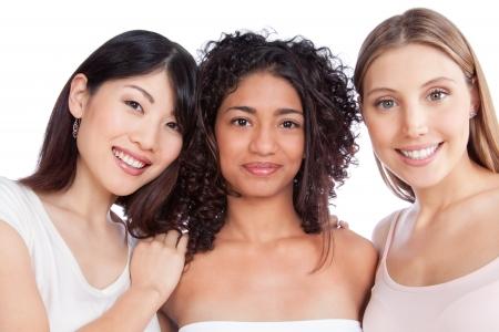 Grupo multiétnico de la mujer joven aislado en fondo blanco