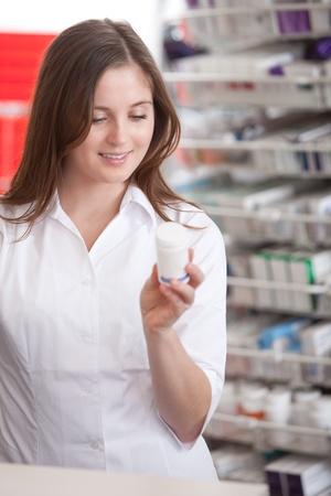adverso: Retrato de un farmac�utico Mujer En Informaci�n de Farmacia de la lectura En Medicina