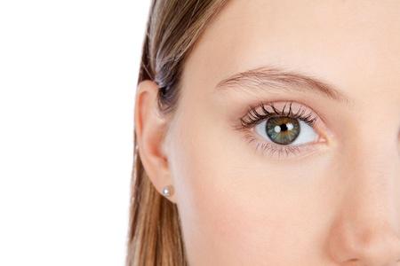 Close-up van mooie vrouw gezicht op witte achtergrond