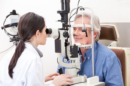 Optometrista de vista haciendo pruebas para pateient Foto de archivo