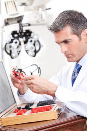 determining: Optometrista mirando a la medici�n de lentes