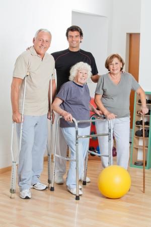 fisico: Retrato de cuerpo entero feliz de discapacitados de alto nivel con el entrenador