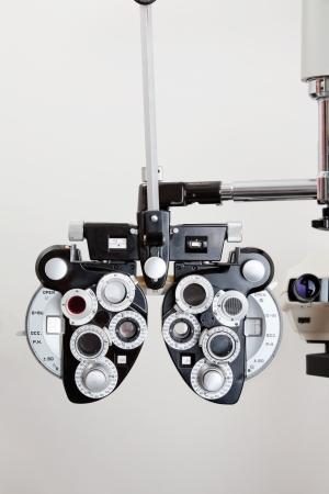 ojo humano: Dispositivo Foróptero óptica para medir la visión del ojo humano Foto de archivo