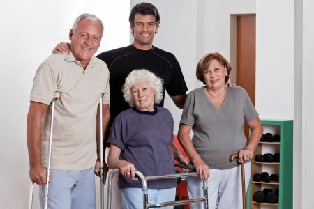 gehhilfe: Gl�ckliche m�nnlich Physiotherapeut mit Patienten