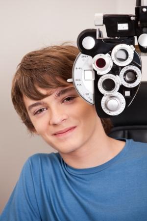 vision test: Ni�o peque�o con los ojos a prueba Foto de archivo