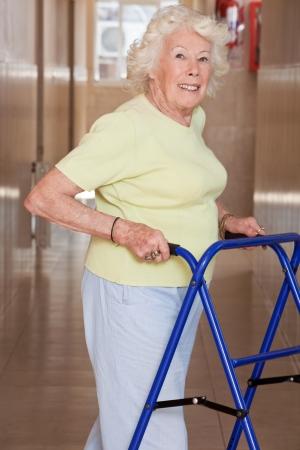 one senior adult woman: Retrato de mujer de edad avanzada con zimmerframe