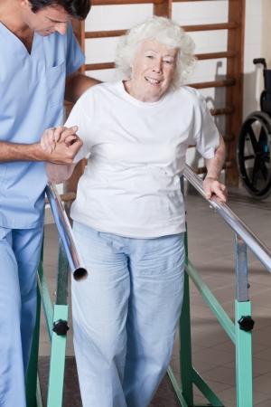 fysiotherapie: Een arts de begeleiding van een senior Stockfoto