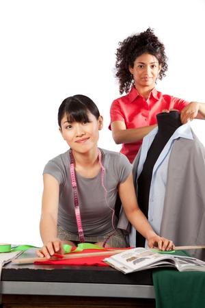 mannequin africain: Deux couturière jeune femme au travail
