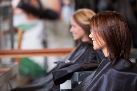 bewonderen: Vrouwen zitten in een schoonheidssalon Stockfoto