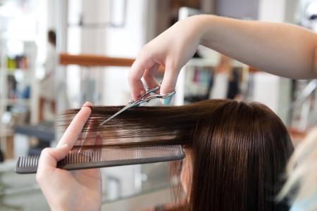 salon de belleza: Peluquer�a cliente s de corte de cabello en un sal�n de belleza Foto de archivo
