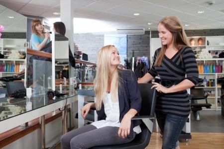 salon de belleza: Peluquer�a dar la bienvenida a los clientes al sal�n de belleza Foto de archivo