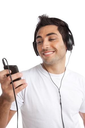 actief luisteren: Portret van jonge man luisteren muziek op slimme mobiele telefoon geïsoleerd op witte achtergrond Stockfoto