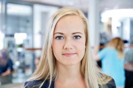salon beaut�: Close up portrait d'un propri�taire blond jeune femme d'un salon de beaut� souriante