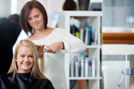 salon beaut�: Reflet de miroir de salon de coiffure donne une coupe de cheveux pour femme � salon