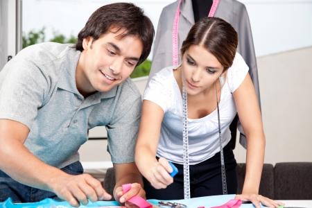 tailor measure: Due fashion designer che lavorano insieme sul posto di lavoro