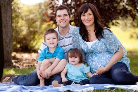 Retrato de una familia joven y hermosa con la madre embarazada Foto de archivo - 15191023