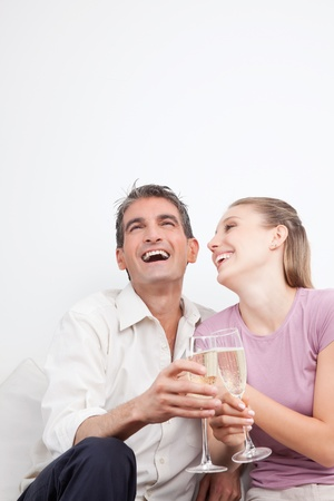 brindisi spumante: Coppia felice con flauti champagne, ridendo