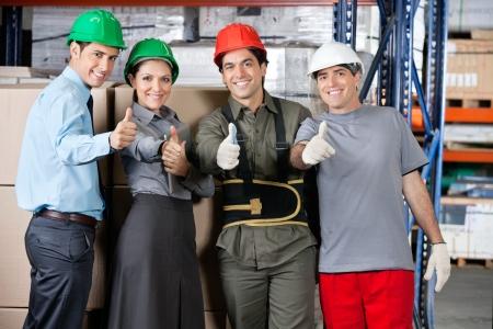 fabrikarbeiter: Portrait eines gl�cklichen Meistern und Vorgesetzten gestikuliert Daumen nach oben im Warenlager - seichte Tiefe des Feldes, auf Daumen konzentrieren