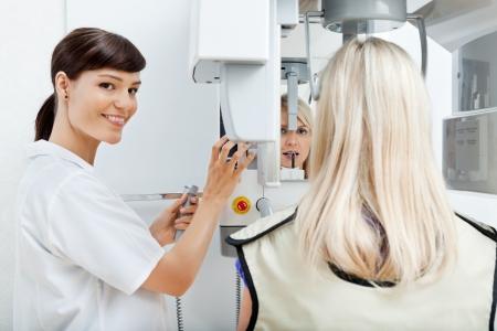 laboratorio dental: Dentista Femenino salir los dientes de su paciente s con rayos X
