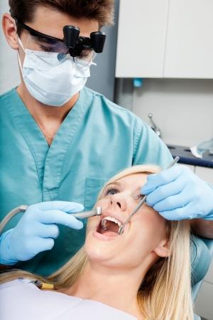 歯科医の診療所でメスの患者の治療