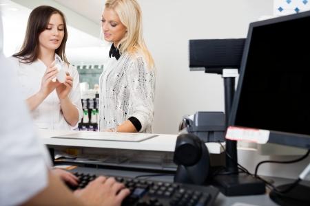 oficinista: Sales Clerk Mujer asistiendo en Farmacia Foto de archivo
