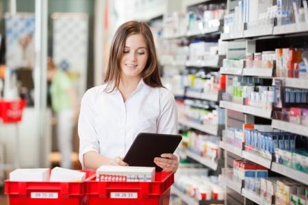 drugstore: Farmacéutico con Tableta digital Foto de archivo