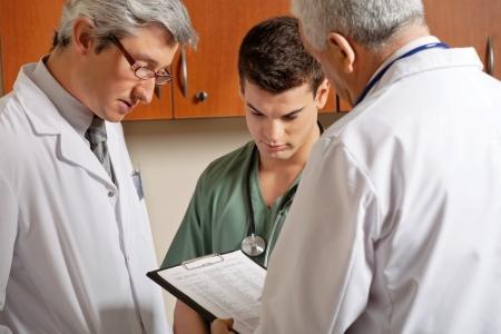 uniforme medico: Profesionales de la medicina en una discusi�n