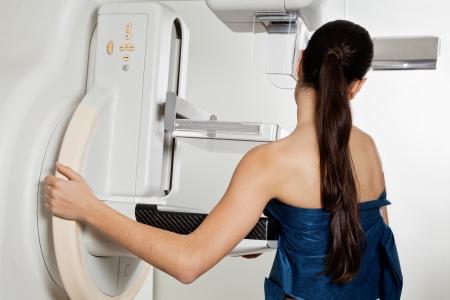 cancer de mama: Mujer que toma una mamograf�a de rayos X Prueba
