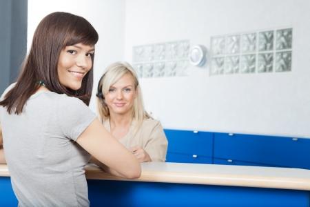 recepcionista: Mujer joven con la recepcionista en Consultorio dental s Foto de archivo