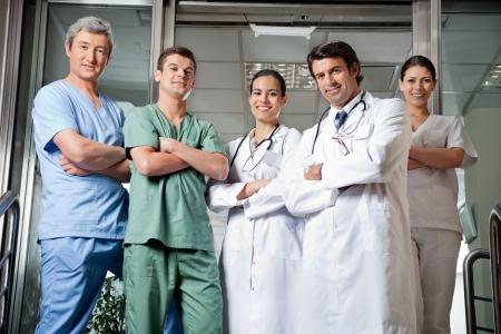 grupo de médicos: Profesionales de la medicina De pie con las manos juntas
