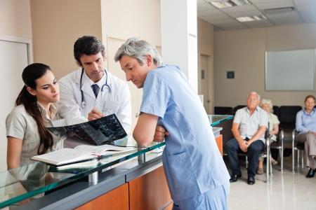 grupo de médicos: Los médicos Revisión de rayos X en recepción