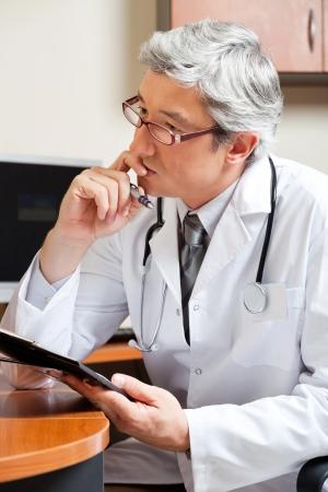 デスクで思慮深い医師