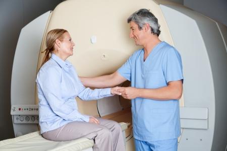 resonancia magnetica: Técnico Radiólogo con el paciente