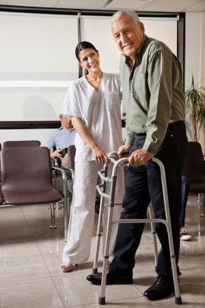 gehhilfe: Female Nurse Helping Senioren Patient Mit Walker
