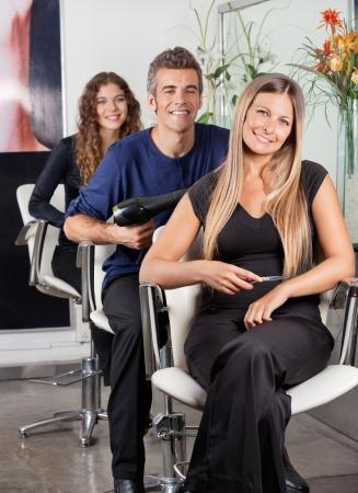 salon beaut�: L'�quipe de coiffeurs Confiant Au Salon de Beaut�