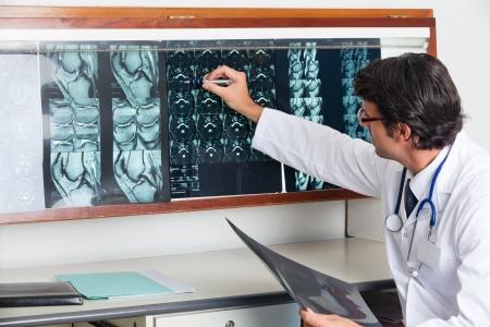 Radioloog beoordelen X-ray in de kliniek van