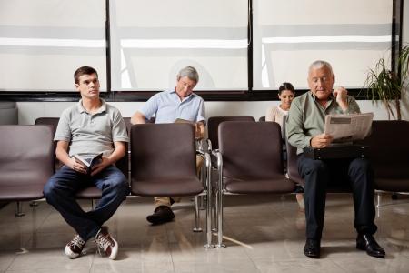 visitador medico: Personas esperando en vestíbulo del hospital
