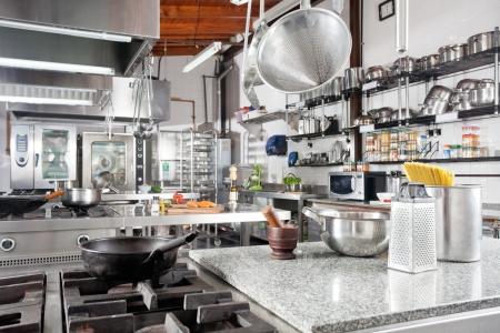 keuken restaurant: Borden Op Teller In Commerciële Keuken Stockfoto
