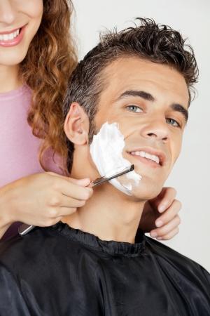 hombre afeitandose: Man Getting A Shave De Peluquer�a Foto de archivo