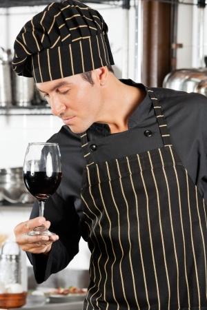 cocinas industriales: Chef Oler Red Wine Foto de archivo